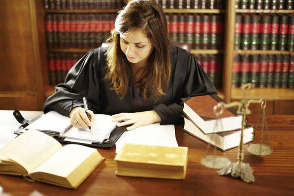 ผู้พิพากษากับอัยการคืออะไรและมีหน้าที่แตกต่างกันอย่างไร